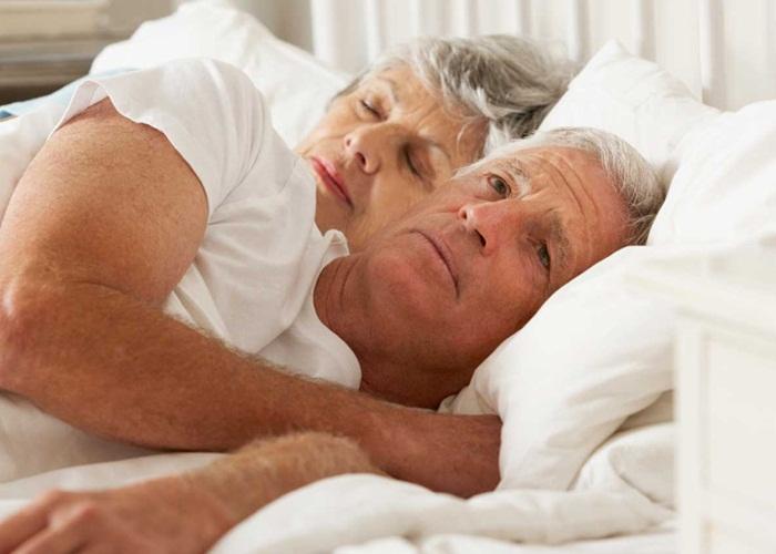 Người cao tuổi thường ngủ ít, vì sao?