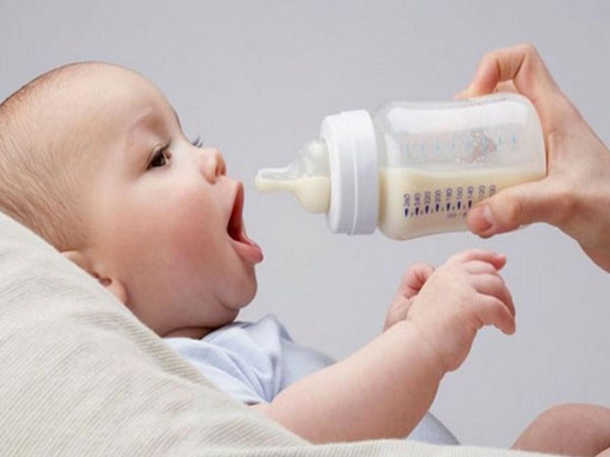 Mẹ thiếu sữa, cho trẻ ăn gì để đảm bảo dinh dưỡng?