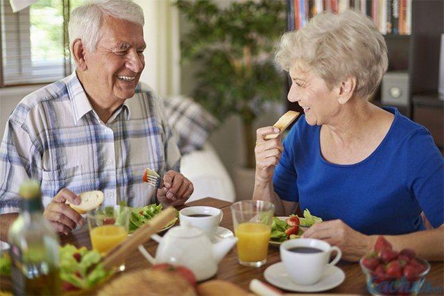 Phòng Covid-19, người cao tuổi ăn gì tăng đề kháng