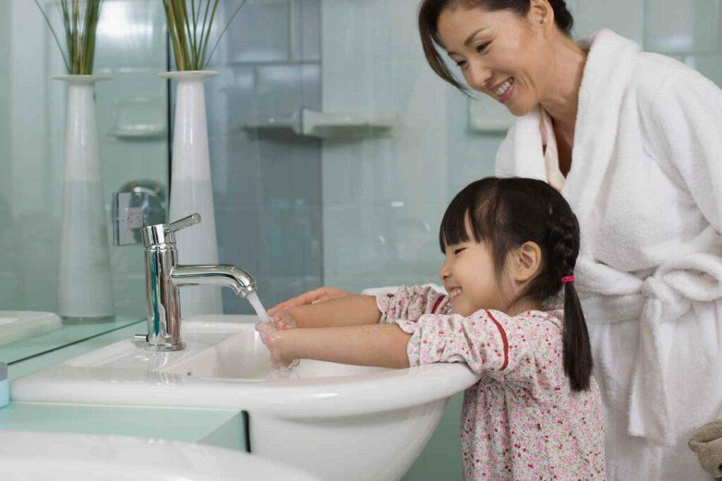 Trẻ mắc tay chân miệng chủ yếu do nuốt phải virus